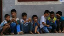 """农村儿童上网时间超城市儿童 """"手机带娃""""成留守家庭新痛点"""