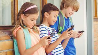 长期低头上网玩手机危害多 16岁小伙患罕见平山病